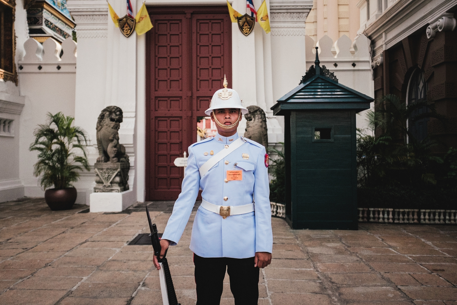 Bangkok (52)-Portrait-Soldier-Guardian-King-Thailand-Great-Palace-Großer-Palast
